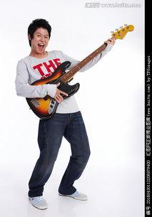 弹吉他学生唱歌