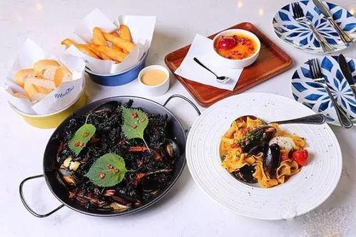 金汤百合煮龙虾选用重达250克至280克的新鲜澳洲龙虾,肉质紧致细嫩,汤汁以鸡汤加入南