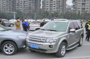 辟谷5天饿晕后撞车 致使车辆径直撞向路边的一辆越野车