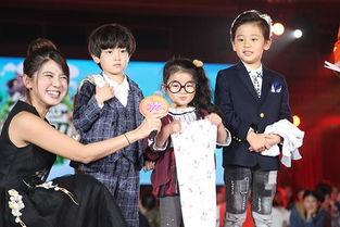 蔡国庆跨界担任主持,《爸爸去哪儿第四季》的三位萌娃庆庆、阿拉蕾、李亦航也意外现身.