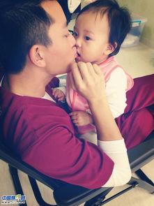 贾乃亮热吻女儿 给女儿穿鞋帅爸萌娃超有爱