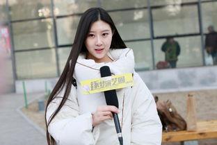 北影复试美女云集 SNH48赵嘉敏面带笑容走出考场 组图