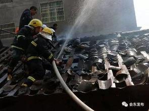 因着火房屋内堆放大量木材等可燃物,火势很快蔓延到上方一相邻土木结构房屋,火场内不时传出噼噼啪啪爆炸的声音,由于提前对屋顶瓦片进行了拆除,消防员利用房屋被拆的空间,水枪自上而下对火势进行打压,火势被牢牢控制在有限区域内,历时2个小时,大火终被扑灭