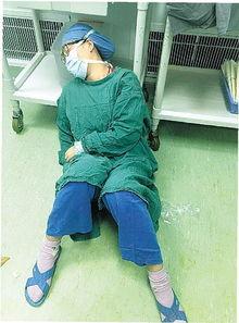 宁波大学附属医院手足显微外科医生陈薇薇累倒在手术台旁