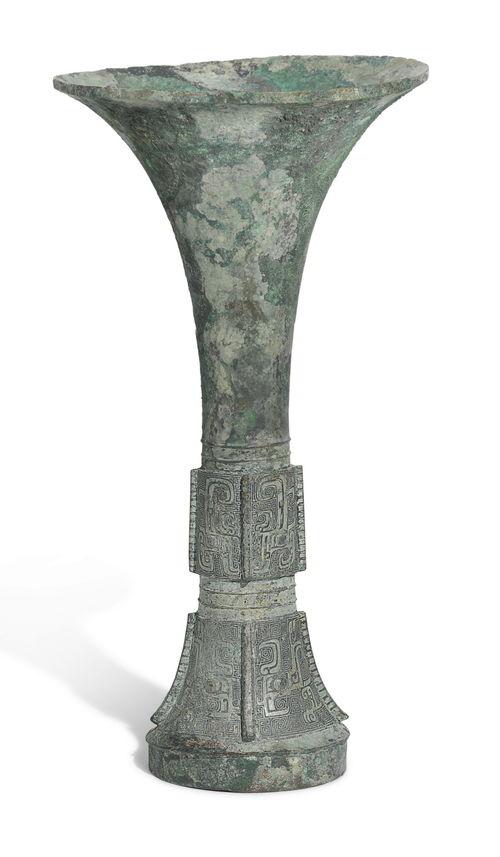 商晚期公元前十三至十一世纪青铜亚只觚圈足内铸有两字铭文:亚只52,500英镑商晚期公元前十三至十一世纪青铜亚只觚圈足内铸有两字铭文:亚只52,500英镑兽面纹方鼎hkd10,120,000商晚期至西周早期青铜饕餮纹尊31
