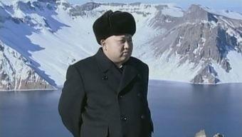 金正恩登上长白山天池 身穿黑色套表情庄重