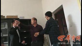 3月29日,华商报记者来到商洛市民政局了解情况,在该局办公一楼干部公示栏,华商报记者经过仔细核对,确认视频中辱骂威胁记者的男子为商洛市民政局殡葬管理科科长郝江灵.
