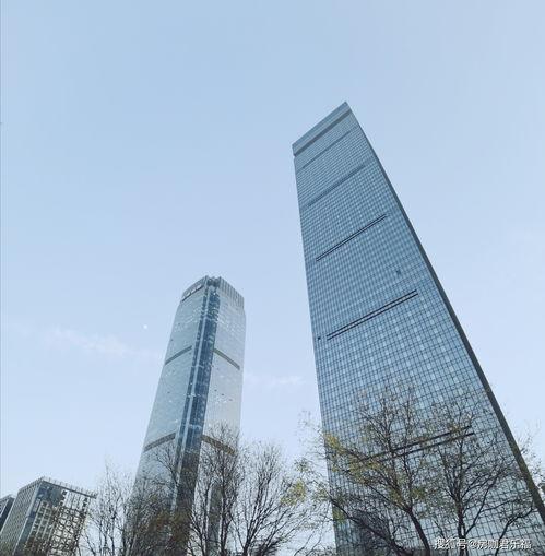 目前在西安高新区锦业路,可以说这里是西安的cbd核心区域,高楼大厦云集,从50层,55层,57层,60层,75层,可以说刷新了中国西部地标建筑的新高度。