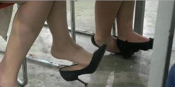 爱穿丝袜的小姐姐,公共场合晾臭脚,网友 太酸爽,请注意形象