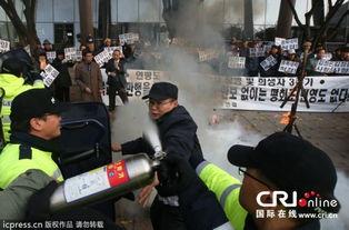 韩国民众烧毁金正恩头像抗议延坪岛炮击事件 高清组图