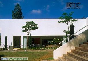 白色围墙内的私人别墅及其室内设计