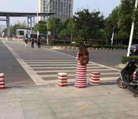 女生与隔离墩撞衫 当事人 等个车的功夫就被人偷拍了
