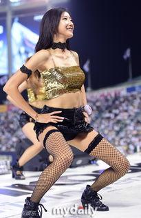 组图 韩国啦啦队打扮性感狂野 穿网袜开腿热舞