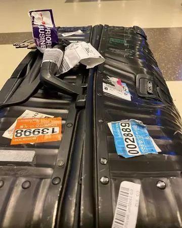 民航联盟男歌手一万多元行李箱被摔到惨不忍睹,航司拒赔