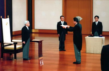9月16日,新当选的日本首相鸠山由纪夫在日本东京皇宫接受明仁天皇的任命书.