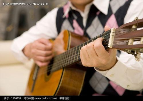 弹吉他合唱男的
