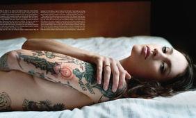 光影纹路下的性感神秘 俄罗斯个性美女纹身写真