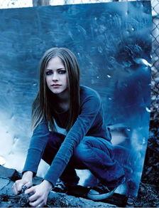 红过霉霉的摇滚天后17岁提名格莱美,却因病失踪5年,艾薇儿顽强回归