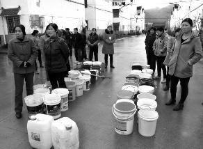 华商报讯()水库除险加固施工,造成供水水源受影响,20多天来,商洛市商州区沙河子镇拉林子新村千余村民,每天不得不为用水而干着急.