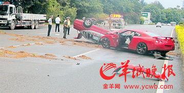 肇事红色跑车及被撞的的士均严重损毁