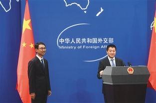 2016年9月26日,外交部新闻司司长陆慷(右)介绍发言人耿爽.