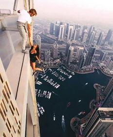 一名俄罗斯网红模特在迪拜一栋摩天大楼楼顶悬空拍照的