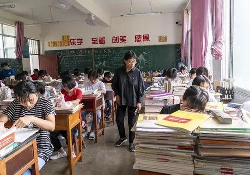 张桂梅在检查学生上课情况