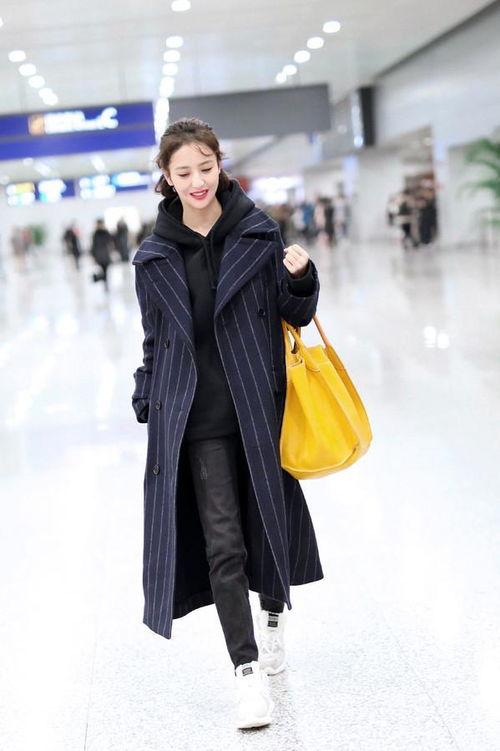 佟丽娅身穿条纹大衣,打扮的也是蛮时装呢,不要小看丫丫