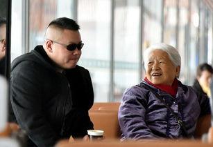 岳云鹏和母亲。(