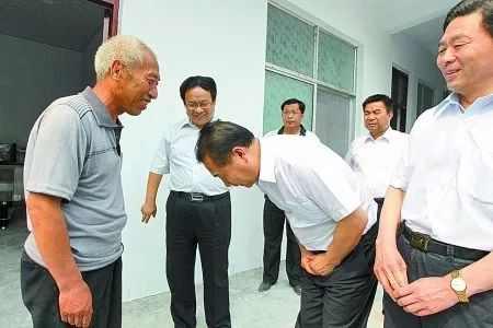 6月21日,河南省高院院长张立勇向赵作海鞠躬致歉.