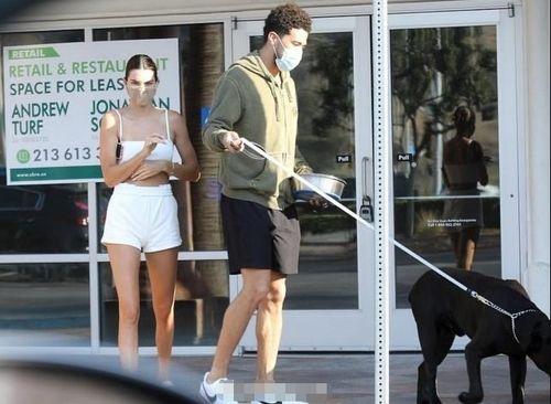布克和西蒙斯女友正式同居大清早一同出门遛狗,詹娜穿性感小背心