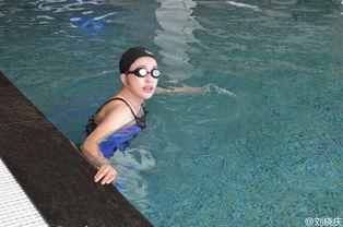 59岁刘晓庆晒游泳戏水照 穿泳衣秀丰满身材