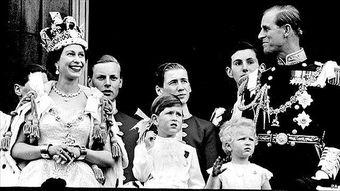 65年前英国女王加冕典礼,菲利普亲王偷偷看,4岁查尔斯害羞蒙脸