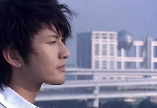 《泡沫之夏》里妖孽的男二也被晓明哥演成了装逼青年.