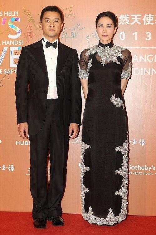 王菲刘嘉玲闺蜜情深刘嘉玲无袖礼服太减龄,比小4岁王菲还年轻