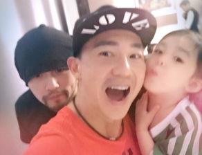 刘畊宏和儿女开心自拍