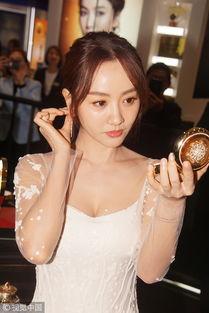 37岁杨蓉低胸装罕见秀性感 现场化妆肤白似少女