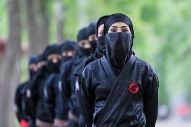 伊朗女忍者霸气现身 黑色武装身手不凡
