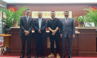岳成律师(左二)、岳云鹏(右二)、岳运生主任(右一)、岳屾山律师(左一)合影
