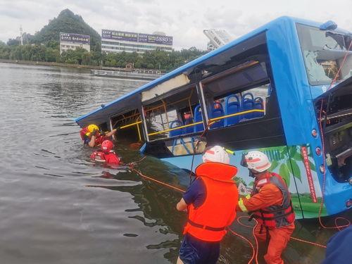 贵州安顺公交车坠湖事故已救出18人,坠湖瞬间曝光