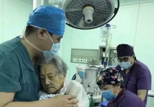 百岁老人手术医生抱式麻醉成网红