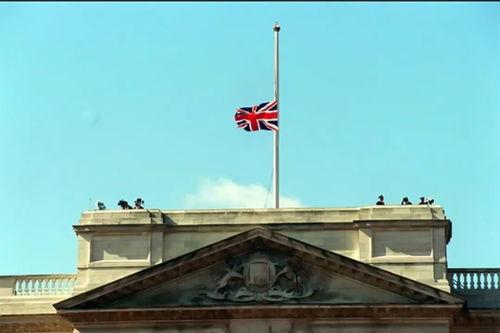葬礼在威斯敏斯特大教堂隆重举行,不是国葬胜似国葬,白金汉宫第一次为戴安娜降半旗志哀。
