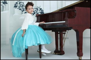 女生表演钢琴的礼仪