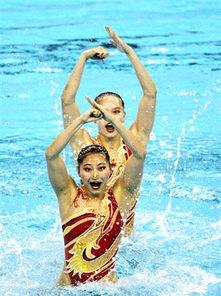 7月18日,中国选手黄雪辰/刘鸥(前)在决赛中.