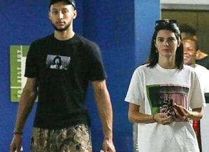 本西蒙斯与女友肯达尔詹娜现身游戏商店