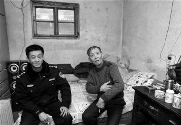 长辛店居民刘克斌(右)16年前捡到弃婴抚养至今,警察刘天新(左)也一直帮忙照顾.
