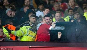 双红大战现足球暴力红军球迷举旗挨打5人被拘