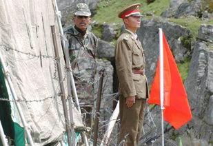 在中印边境乃堆拉山口,一名中国边防军人(右)与一名印度边防军人隔著边界的铁丝网值勤.(