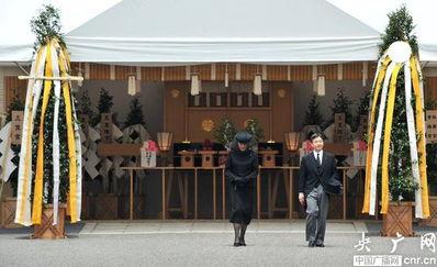 桂宫亲王的父母三笠宫亲王夫妇在葬礼上。