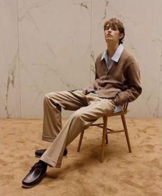 男士卡其色裤子搭配图片配什么颜色鞋 卡其色这样配色好看
